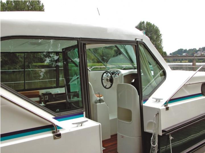 Boating Holidays with Confort 900 A - A Side Door for easy Access on Board