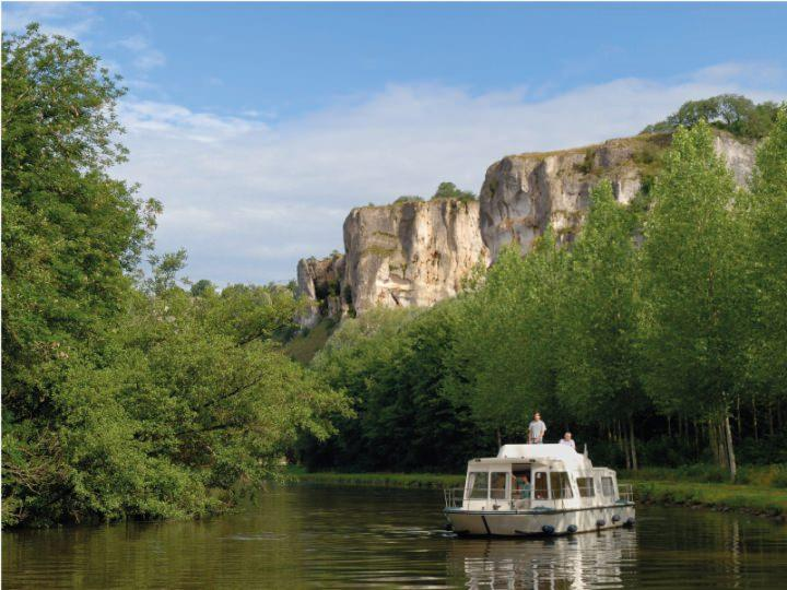 Boating Holidays with Espade Concept Fly - The Espade Concept Fly sailing inBurgundy