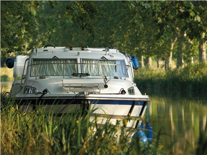 Boating Holidays with Haines 40 - Comfort for 4 Adults and 2 Children