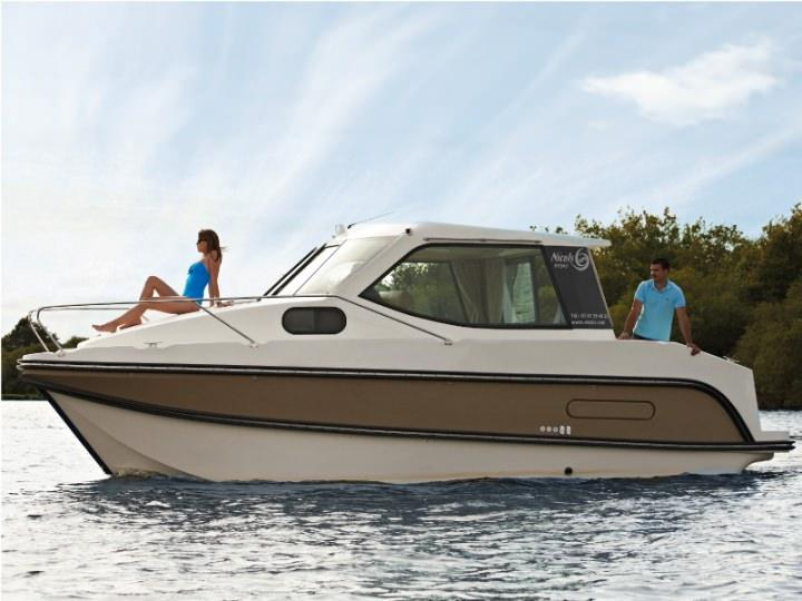 Boating Holidays with Sedan Primo- One Double Cabin, ideal pour a Couple
