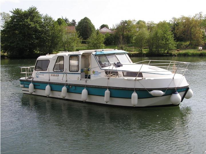 Boating Holidays with Riviera 920 - 2 Cabins, ideal for 4 Adults and 2 Children