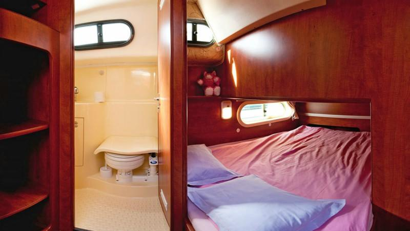 Sedan 1160 N - Satrboard Cabin with a Double Bed
