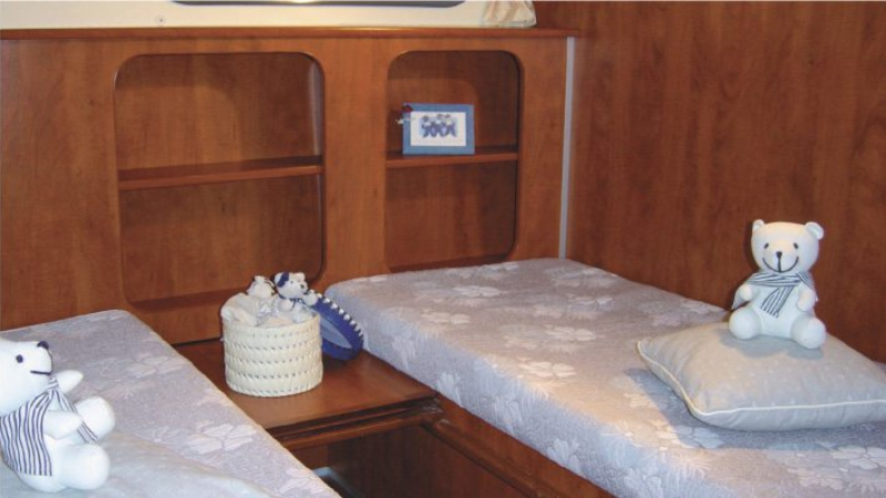 Confort 1350 B - Rear Cabin with either 1 Double Bed or 2 Single Beds