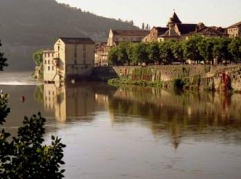 discover The city of Cahors by sailing in a self drive barge Lot