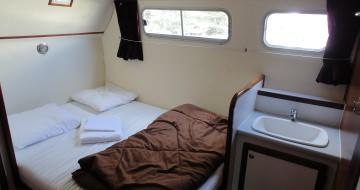 houseboat rental with bed linen provided