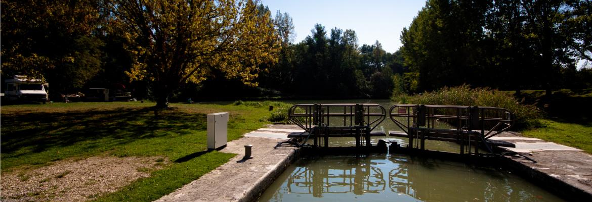 The locks of the Charente to discover with barge on canal boating holidays