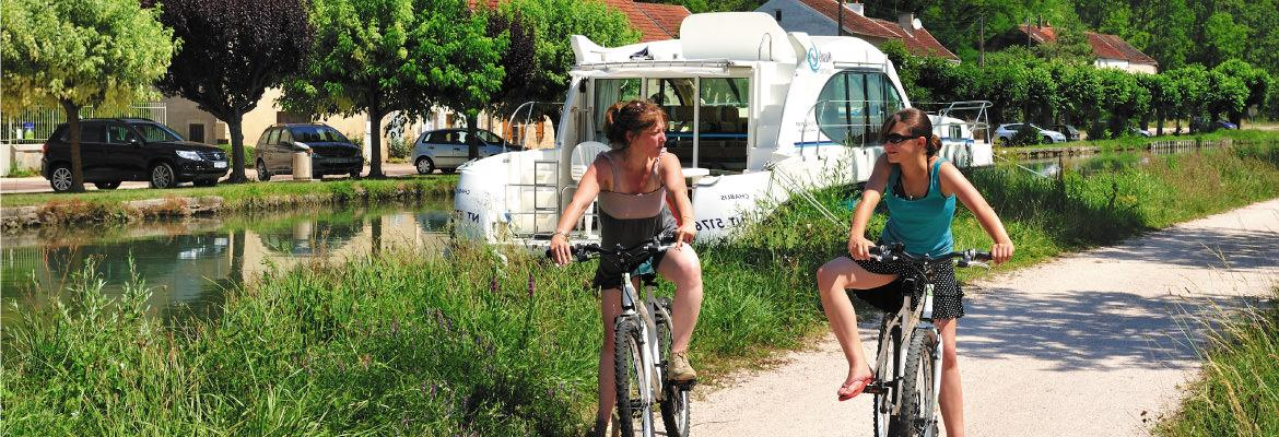 Towpaths cycling in Burgundy in unlicensed boat rental on canal boating holidays