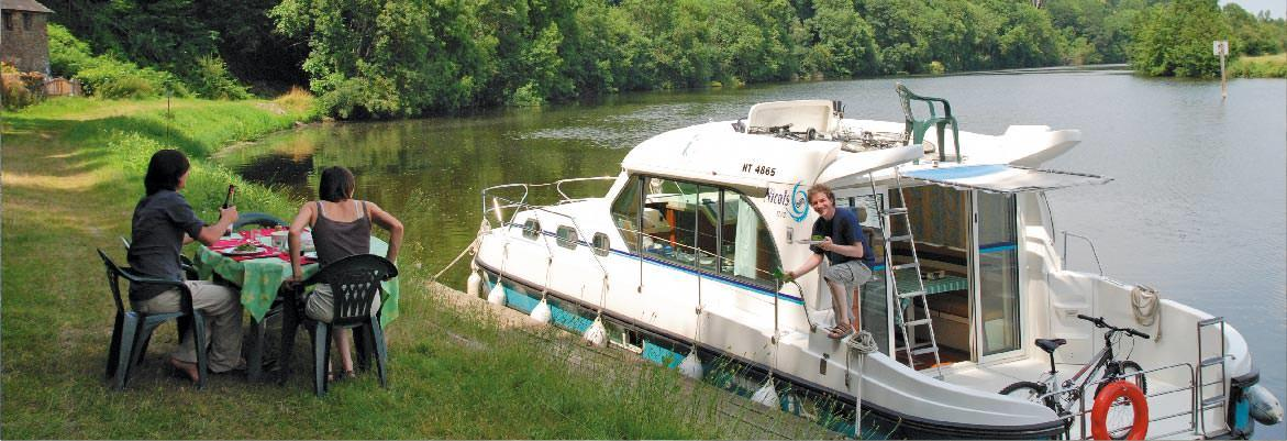 houseboat rentals on the mayenne picnic on the banks of river